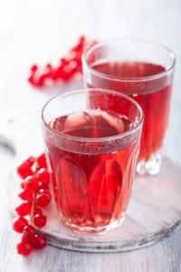 Kuvassa raikasta kylmäpuristettua täysmehua punaisesta viinimarjasta