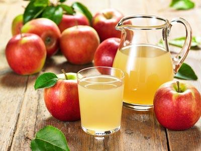 Kuvassa kylmäpuristettua vitamiinipitoista omenatäysmehua